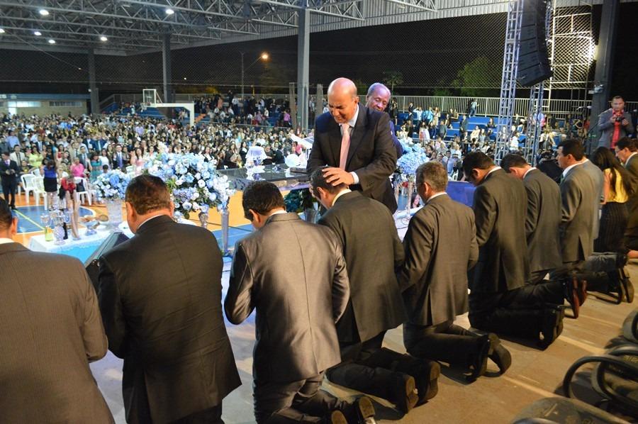 Pastor Amarildo Martins ora abençoando a mesa diretora