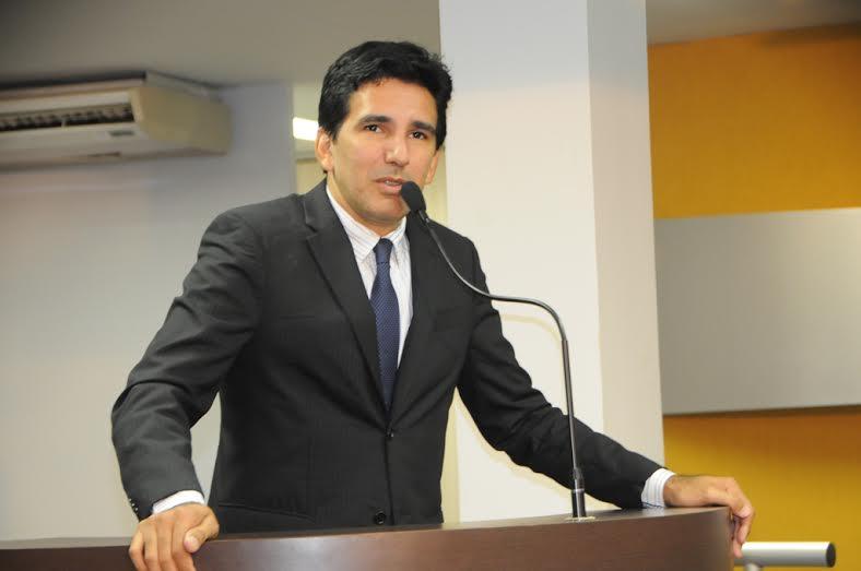 O parlamentar questionou nesta quarta, na Câmara de Palmas, quem se enquadra nesta definição do atual gestor
