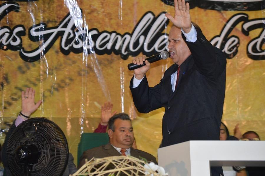 Pr. Eli Borges ministrando a palavra no COMADEC
