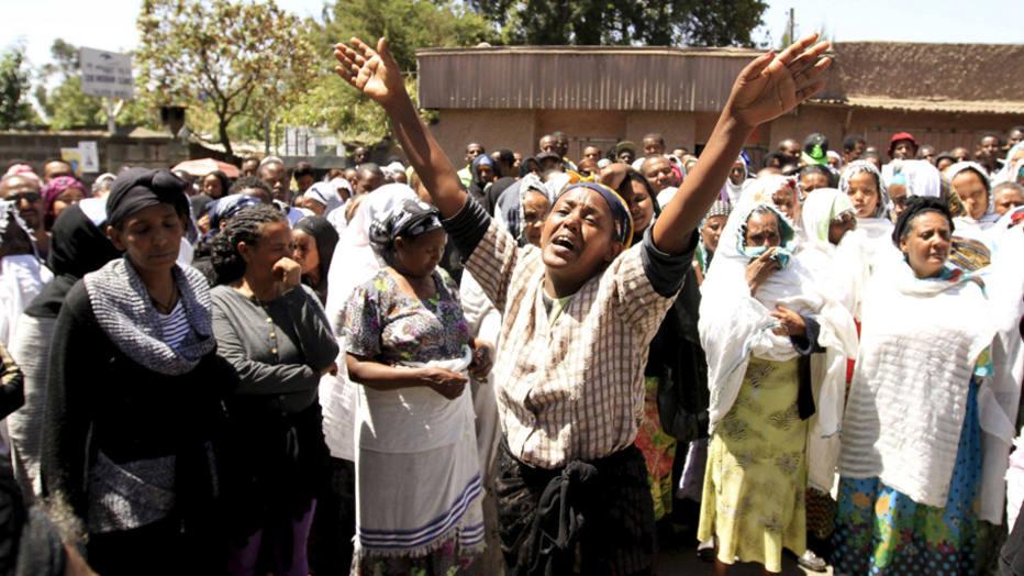 Tristeza Mulher chora a morte de 30 cristãos etíopes por membros do Estado islâmico, na Líbia. Foto: Tiksa Negeri/Reuters