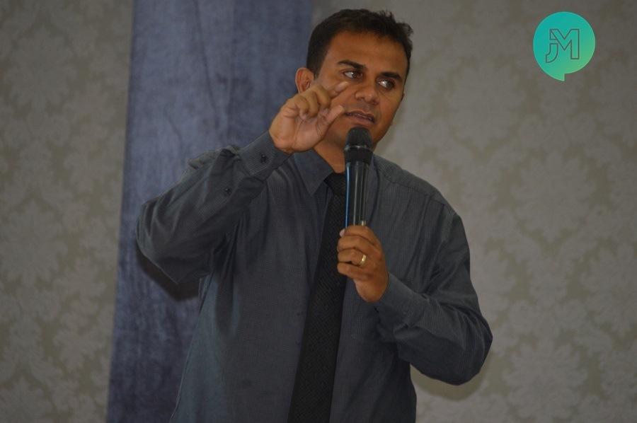 """""""Estamos vivendo tempos difíceis"""" afirma pastor André Martins"""