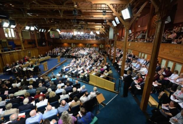 A Igreja Nacional Escocesa –conhecida como The Kirk– adota uma postura tradicional sobre o casamento entre homem e mulher, mas autoriza cada congregação a decidir por si mesma se deseja nomear um pastor ou um deão homossexual.
