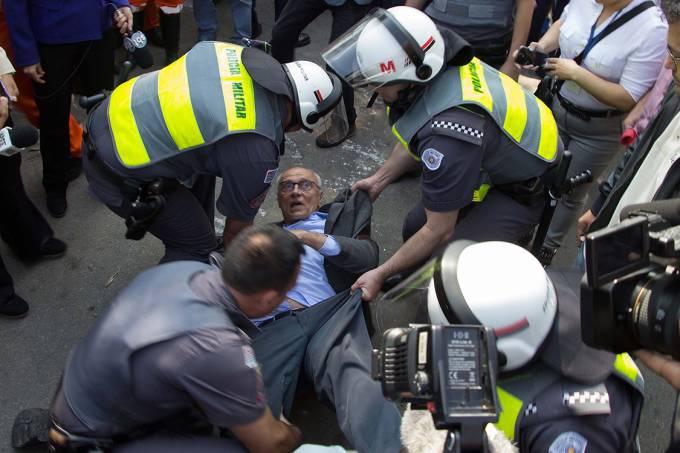 Ex-senador Eduardo Suplicy é detido pela Polícia Militar durante reintegração de posse na Cidade Educandário, na região da Raposo Tavares, em São Paulo - 25/07/2016 (Uriel Punk/FuturaPress/Folhapress)