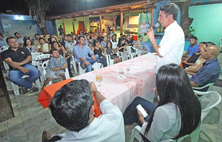 Raul convidou os jovens presentes na reunião a participarem das discussões sobre o plano de governo do PR na capital,