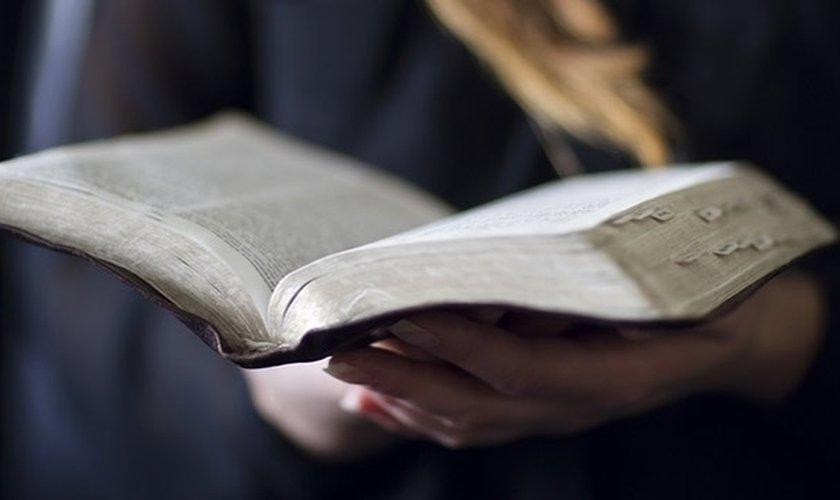 4188808985-mulher-lendo-biblia