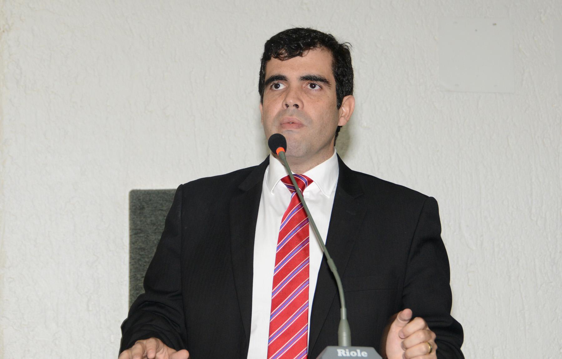 Ricardo Ayres na tribuna da Assembleia Legislativa