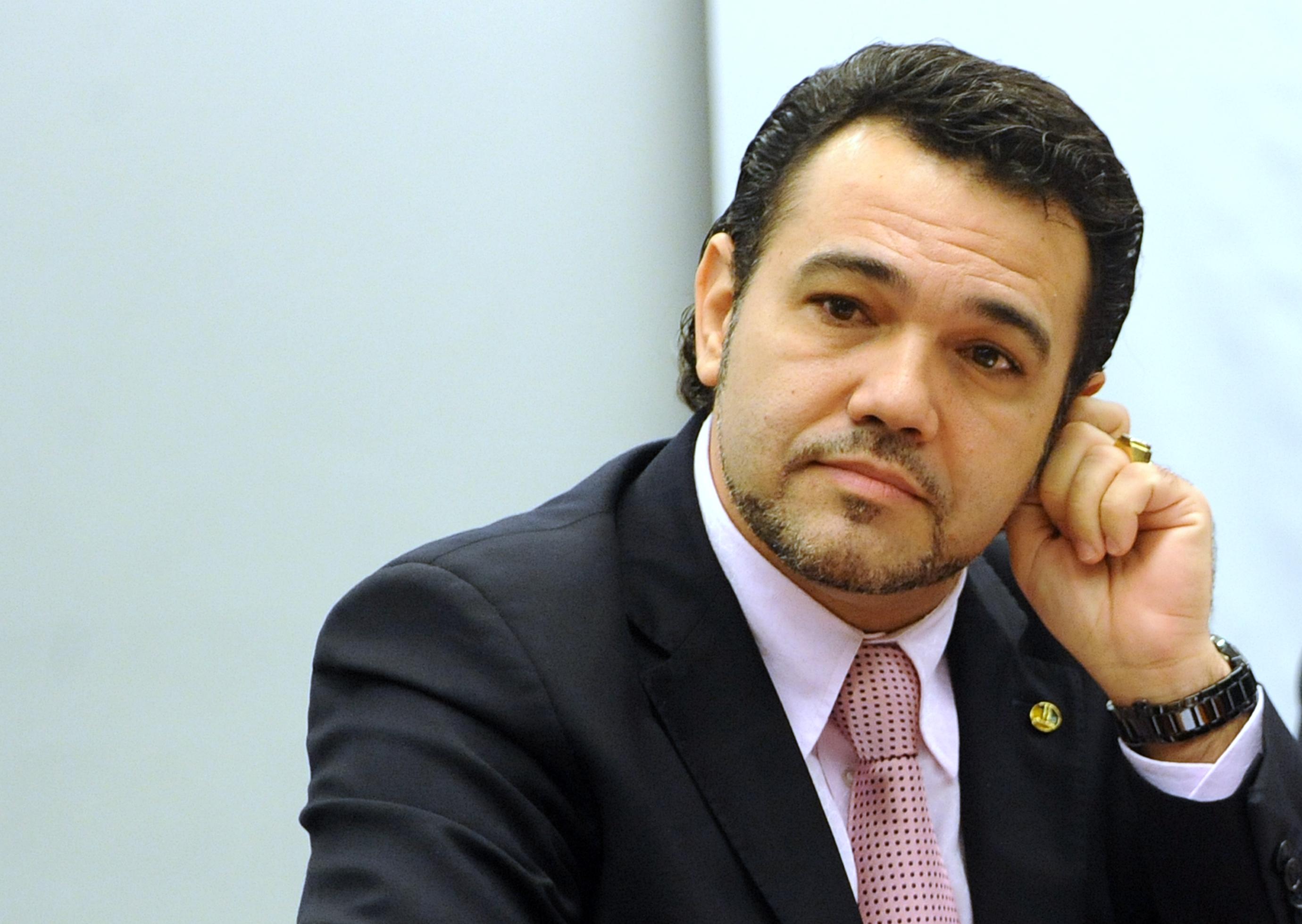 """Brasília – A Comissão de Direitos Humanos e Minorias da Câmara aprovou há pouco, por votação simbólica, o projeto de decreto legislativo que autoriza o tratamento psicológico para alterar a orientação sexual de homossexuais, chamado de """"cura gay"""". A matéria segue agora para análise da Comissão de Constituição e Justiça."""