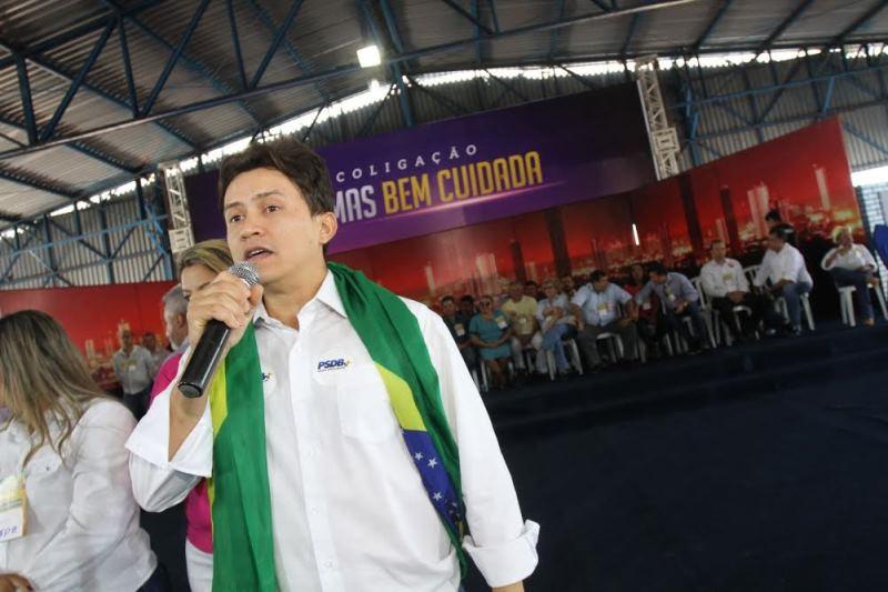 Cleiton Bandeira conversa com jovens durante atividade de campanha