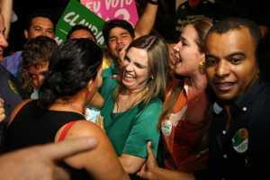 """Em último comício que reuniu cinco mil pessoas no setor Santa Bárbara, Cláudia Lélis diz que não existe mais grupo """"A ou B"""""""