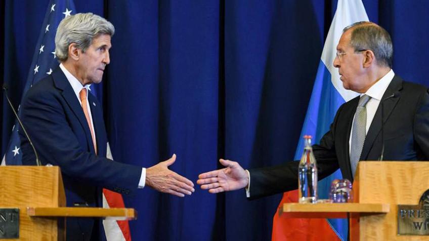 Kerry e Lavrov trocam aperto de mãos depois de anunciar o acordo. FABRICE COFFRINI (AFP) / EFE