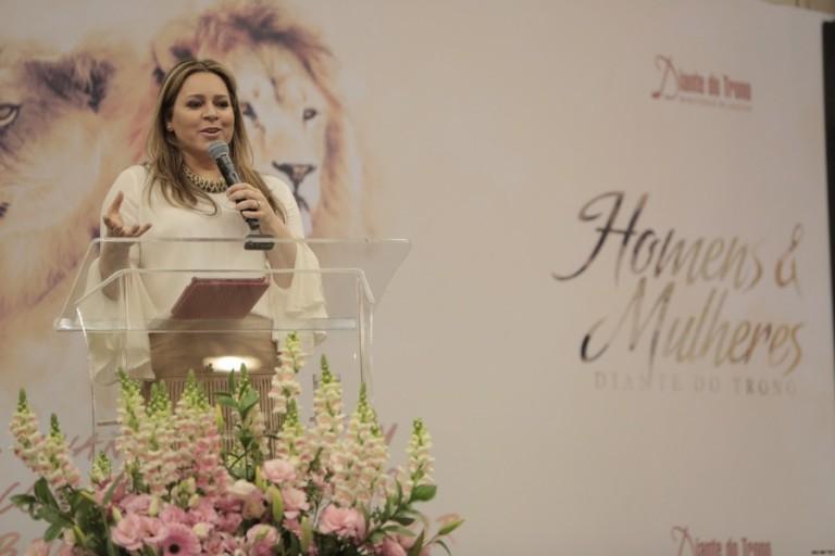 Vídeo: Chega de construir ícones na casa do Senhor, diz Helena Tannure