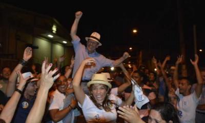 """O candidato à reeleição Ronaldo Dimas venceu as eleições com mais de 32.522 votos em Araguaína, 7.924 votos à frente da segunda colocada. Emocionado, o prefeito agradeceu à população pela confiança e disse que continuará transformando a cidade. """"Quero agradecer a Deus e ao povo! A Deus por nos dá a oportunidade. E ao povo por acreditar. Estou feliz demais de poder continuar melhorando a cidade. É para o povo que estou construindo uma nova Araguaína"""", disse o prefeito, recepcionado por milhares de pessoas no comitê central, de onde saiu em carreata pelas ruas da cidade. Com 100% das urnas apuradas, foram contabilizados 102.878 votos em 321 seções. Os que compareceram às urnas somaram 86.725 (84,3%) e 16.153 (15,7%) dos eleitores não votaram Os votos brancos somaram 1.720 (1,98%) e nulos 5.137 (5,92%). Dimas venceu a disputa em Araguaína com 40,72% dos votos. A segunda colocada ficou com 24.598 (30,8%), seguida do terceiro com 17.052 (21,35%), o quarto com 2.930 (3,67%), quinto com 1.282 (1,61%), sexto 827 (1,04%) e sétimo 657 (0,82%). Gestão Vencedor da última disputa eleitoral do Município, em 2012, Dimas vai continuar a mudança no desenvolvimento da cidade. Em três anos e meio de gestão, a cidade se transformou em todas as áreas. Na infraestrutura, foram mais de 270 km de asfalto usinado aplicados em diversos bairros, com urbanização, drenagem e sinalização. A saúde é destaque em programas nacionais, com reestruturação da Atenção Básica, inclusive com informatização e implantação do 0800 da Saúde, entrega de cinco unidades básicas com mais nove em construção e o Centro Municipal de Fisioterapia. Na Educação, Araguaína recebeu o Prêmio Ayrton Senna de Excelência e dobrou o número de vagas, de 12 para 24 mil. Na Habitação, a cidade possui o segundo maior programa habitacional da região Norte do Brasil. Ao todo, são 6.115 unidades entre entregues e em construção. Desde 2013, mais de 20 mil araguainenses foram beneficiados diretamente com os projetos de moradia no Muni"""