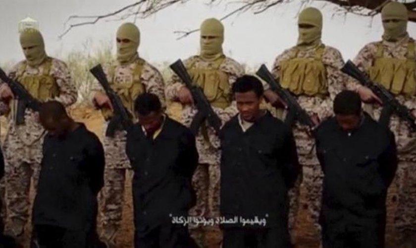 Militantes do Estado Islâmico registram execução em massa de prisioneiros. (Imagem: Captura de Tela)