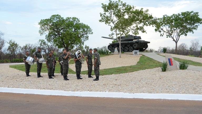 A Praça conta com paisagismo, iluminação em Led, e a exposição de um tanque blindado modelo VBC- M41.