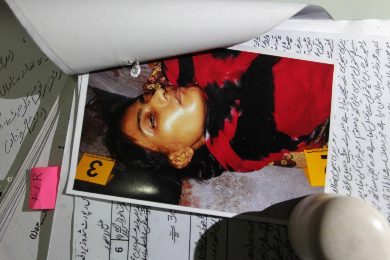 Foto de Tasleem Rajhu del 1ro de septiembre del 2016. La muchacha, una musulmana de 18 años, de Lahore, Pakistán, fue asesinada por un hermano que quería defender el honor de la familia, la cual no admitía que Tasleem quiesiese casarse con un cristiano. (AP Photo/K.M. Chaudary)