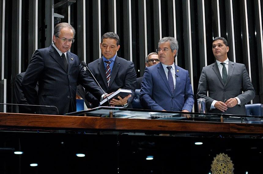 Virgínio de Carvalho faz o juramento ao tomar posse do mandato de senador