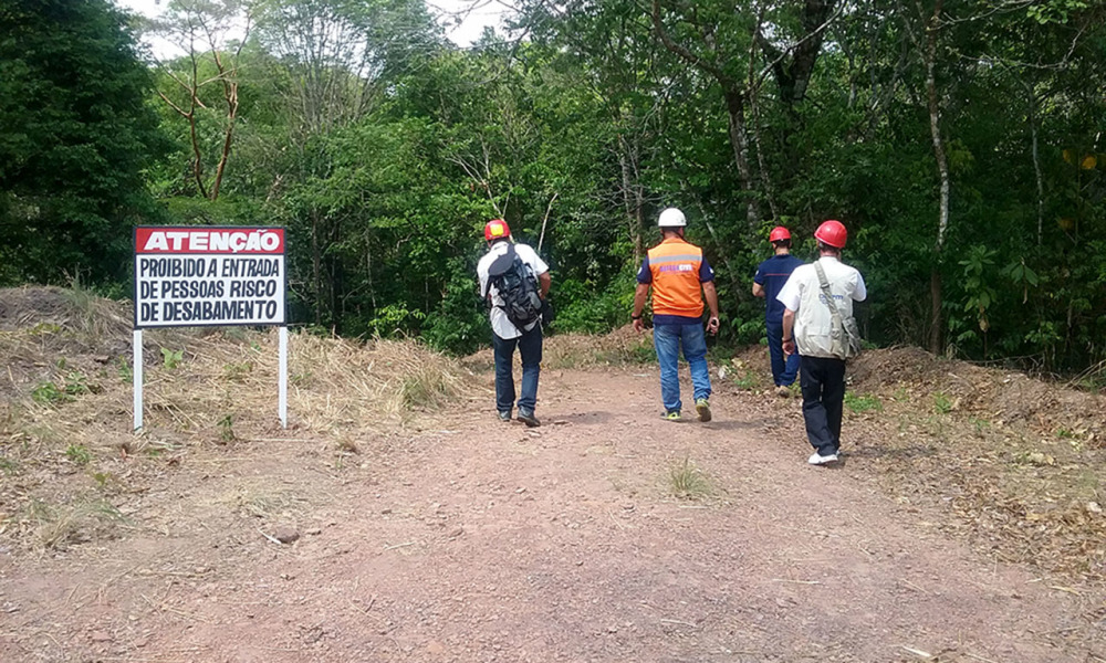 No local, foram instaladas placas e faixas informativas alertando para o risco de novos desmoronamentos