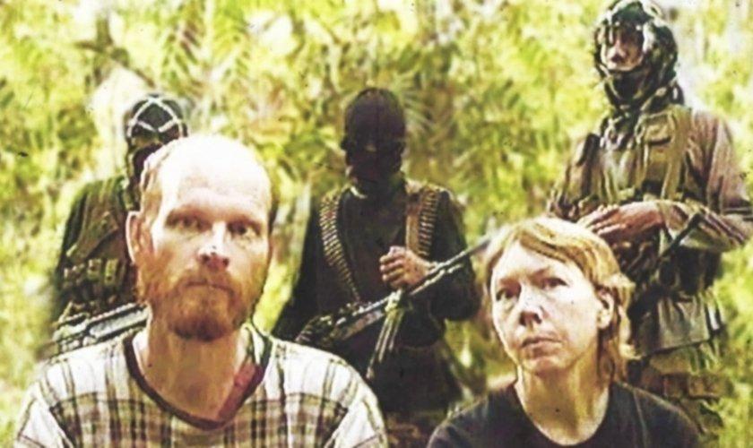 Gracia Burnham (direita), ao lado do marido, no tempo em que estiveram no cativeiro do grupo terrorista Abu Sayyaf. (Foto: graciaburnham)