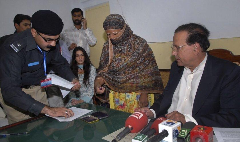 Asia Bibi(ao centro)foi condenada à morte pelo crime de blasfêmia no Paquistão FotoACLJ