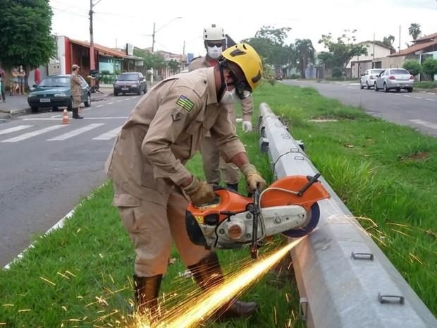 Corpo em decomposição é localizado dentro de poste em Goiânia (Foto: Divulgação/Corpo de Bombeiro