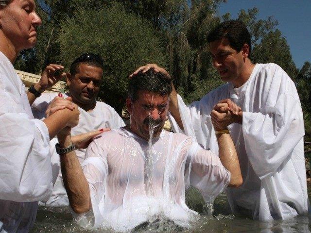 Ex-muçulmanos são batizados Foto:Bibles