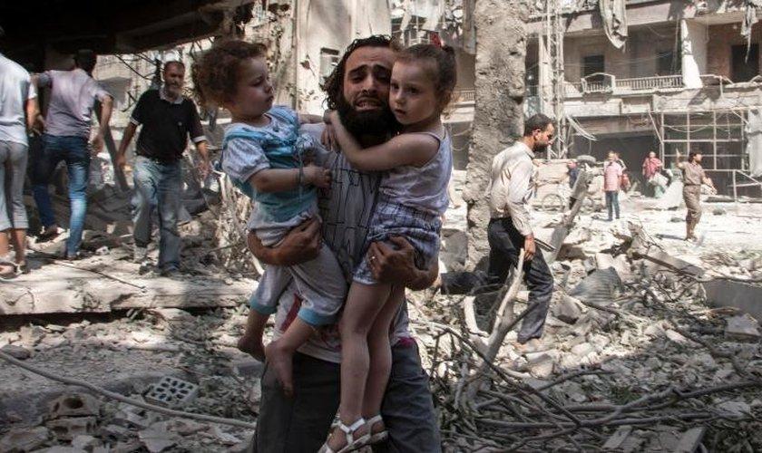 http://www.jmnoticia.com.br/wp-content/uploads/2016/11/Pai-carrega-seus-filhos-em-meio-a-conflito-em-Aleppo-Foto:-International-Business-Times.jpg