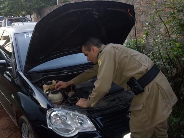 Policial fazendo vistoria em veículo apreendido Foto: PMDivulgação