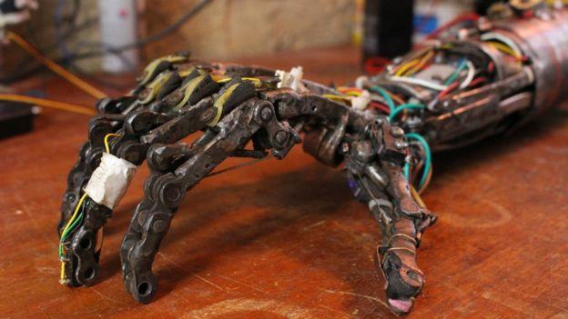 Próteses foram feitas com peças descartáveis e partes de utensílios domésticos