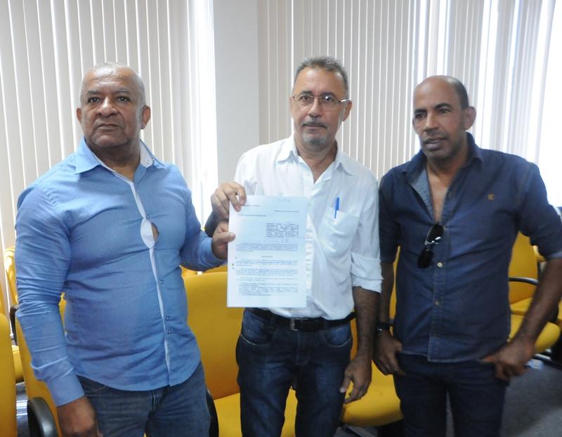 Enock Alves estava acompanhado na ocasião, pelo suplente de vereador, Edvardes Gomes de Sousa e o senhor Fernando Baiano - Foto: Cleuber Valadares