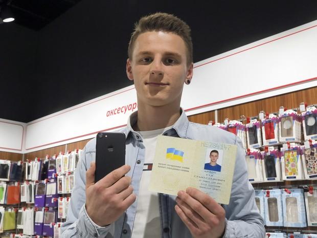 Ucraniano Olexander Turin trocou de nome para iPhone 7 depois que uma loja ofereceu um aparelho para quem fizesse a mudança (Foto: AP Photo/Efrem Lukatsky)