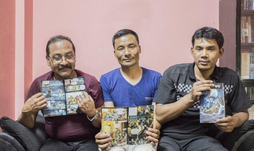 Bimal Shahi, Prakash Pradhan e Shanti Pakhrin mostram a revista em quadrinhos que distribuíram para crianças afetadas pelos terremotos de 2015. (Foto: CSW)