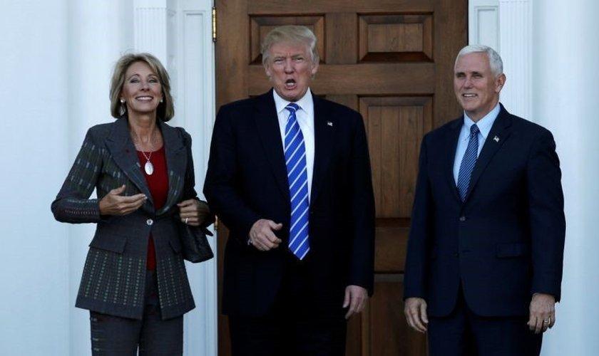 Betsy Devos (esquerda), Donald Trump (Centro) e Mike Pence (direita). (Foto: Reuters)