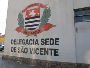 Caso foi registrado na Delegacia Sede de São Vicente (Foto: Guilherme Lucio / G1)