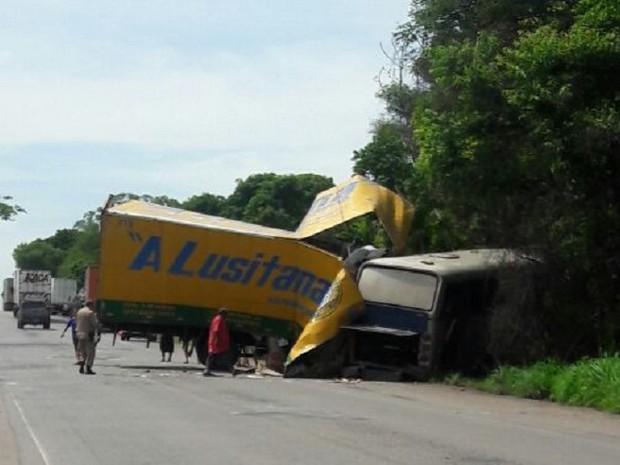 Acidente entre ônibus e caminhão deixa mortos na BR-153 (Foto: Claudemir Brito/Divulgação)