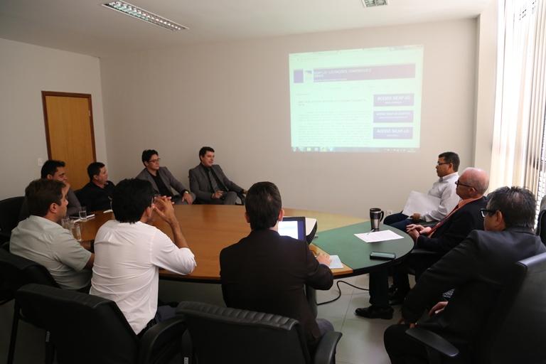 Vereadores e equipe técnica da Câmara com conselheiros e membros do TCE: reunião de trabalho