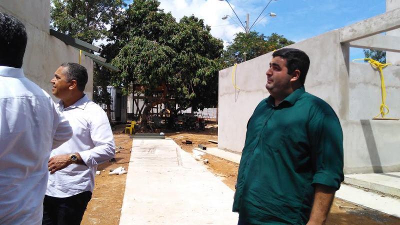 Vereador Filipe Fernandes visita canteiro de obras na Praia do Caju