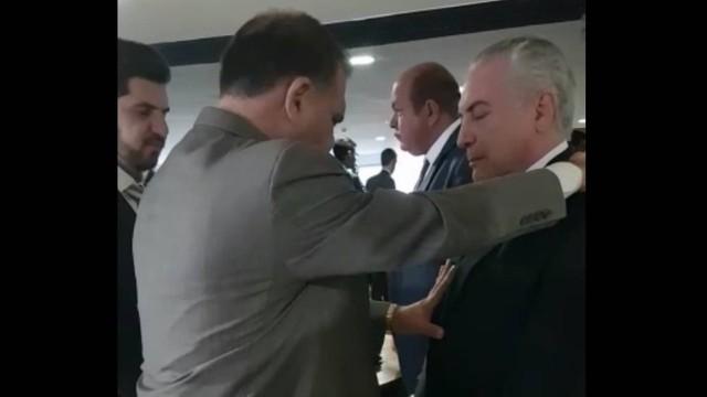 Pastor condenado por estupro abençoa Temer e pede proteção contra bruxaria