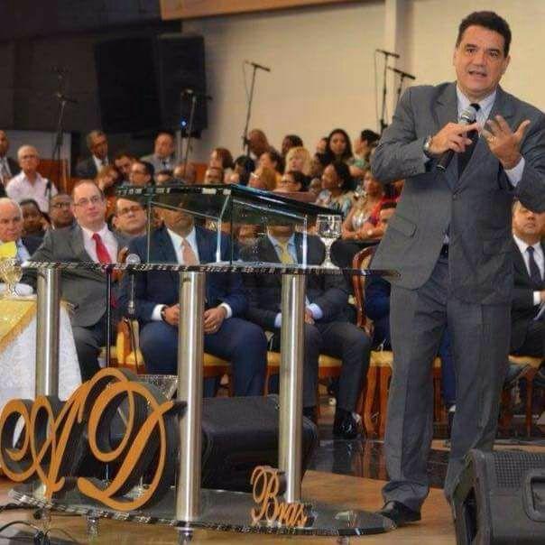 Resultado de imagem para pastor evangélico Júlio César Silva.